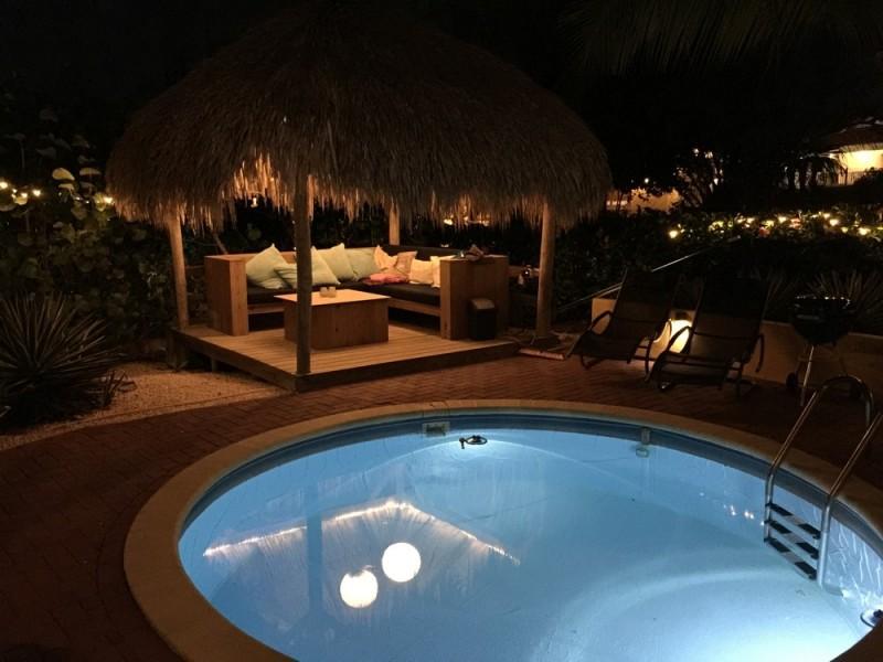 Palapa en zwembad bij avond